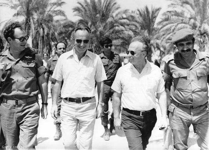 Jichák Rabín miniszternök, Simón Peresz az egyiptomi fronton a Sinai-félszigeten, 1967. júniusában.