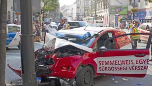 Csúnyán összetört egy vérszállító autó a Baross utcánál