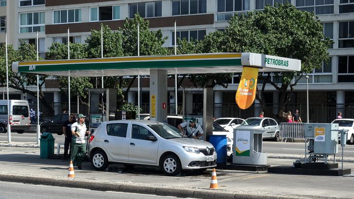 Benzinkút a Copacabanán Dacia Sanderóval, ami mindennapos látvány RIóban