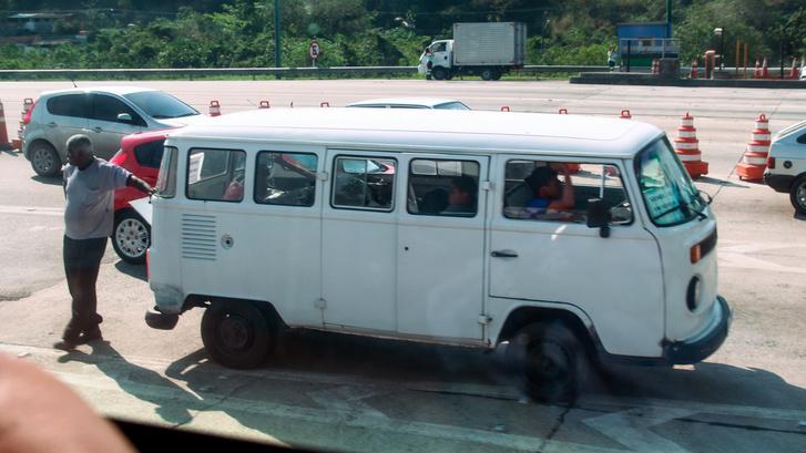 Tehát. 1975-1997-ig - kapaszkodjanak meg - a brazíliai Volkswagen a T2-es elejével, hátsó lámpáival és vezetői környezetével gyártotta a T1-es vázú Transportert