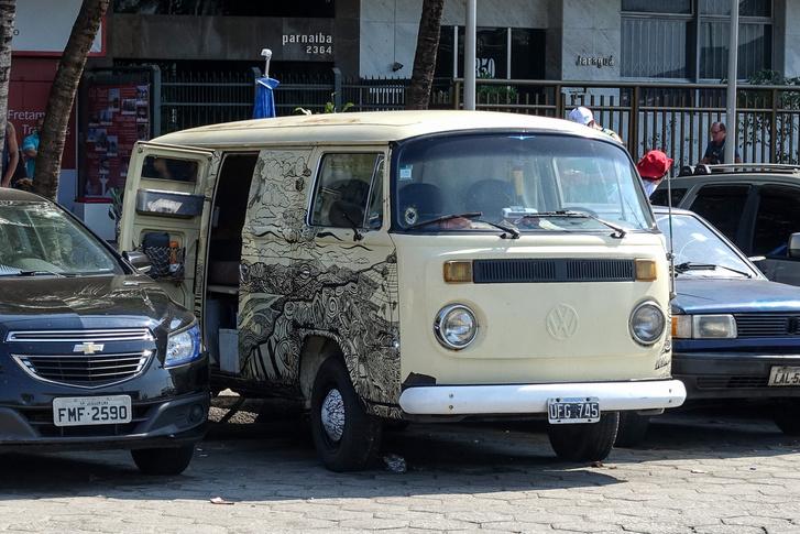 Ez is egy fura szerzet, T2-es VW Transporter, de a T1-es szekrényajtóivel oldalt. Hasonló szériakeveredési döbbenetek a normál Bogarakkal is előfordultak arrafelé