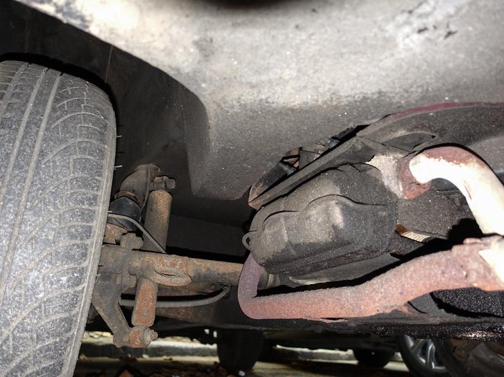 Titok megoldva - egy Bogár a furcsaság! Farmotoros, ott a tipikus VW szelepfedél, no meg a lengőtengelyes futómű is