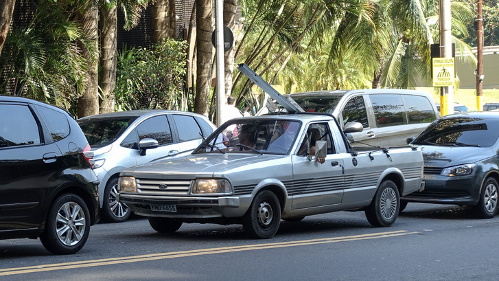 Mi ez? Annyira ismerős... Ford izé... őőő... ja persze! Santana. Tehát Volkswagen Santana pickup, ami ott átesett egy fordos metamorfózison