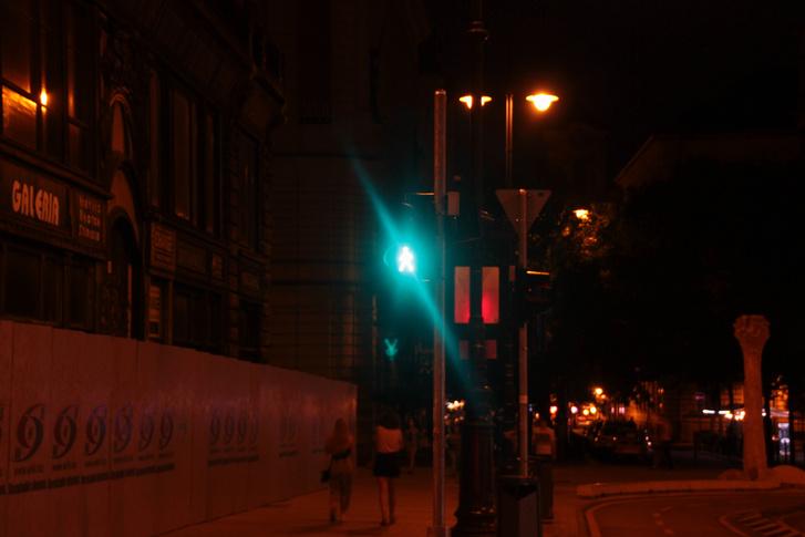 ...mert ők ezt látják: nekik zöldet mutat ugyanaz a közlekedési lámpa