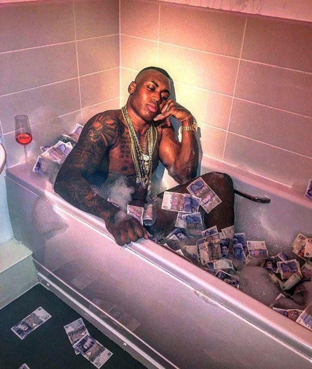 Levi Watson az ominózus pénzfürdő közben