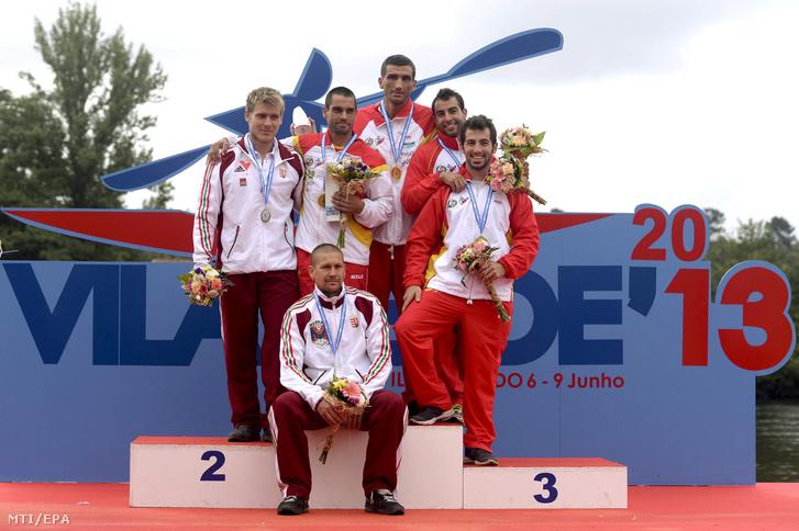 Az ezüstérmes magyar Györe Attila (az elõtérben) és Kövér Márton (b) az aranyérmes spanyol Ramón Ferro (b2) és Oscar Grana (b3) valamint a bronzérmes szintén spanyol Alan Avila (j) és Carlos Vega (j2) a maratoni kajak-keniu Európa-bajnokság kenu kettesének eredmányhirdetésén