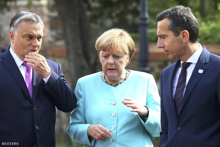 Angela Merkel az osztrák kancellárral egyeztet a tárgyalások szünetében.