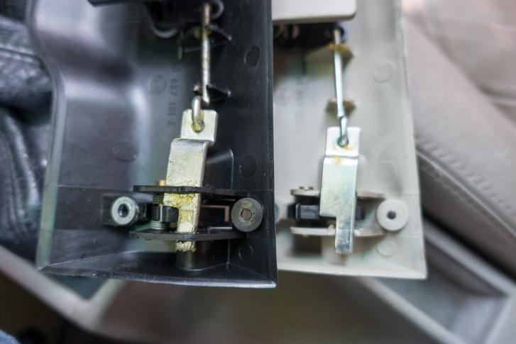 Balra a bontott és ép, jobbra a törött kesztyűtartó-zár. Igen, mostantól fekete a hátlap a bézsbelsős autónkban, de legalább működik
