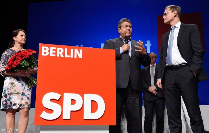 Michael Müller berlini polgármester, a Német Szociáldemokrata Párt (SPD) jelöltje (j) és felesége, Claudia, valamint Sigmar Gabriel német gazdasági miniszter, alkancellár a párt eredményváró rendezvényén Berlinben 2016. szeptember 18-án, a helyi törvényhozási választás napján.
