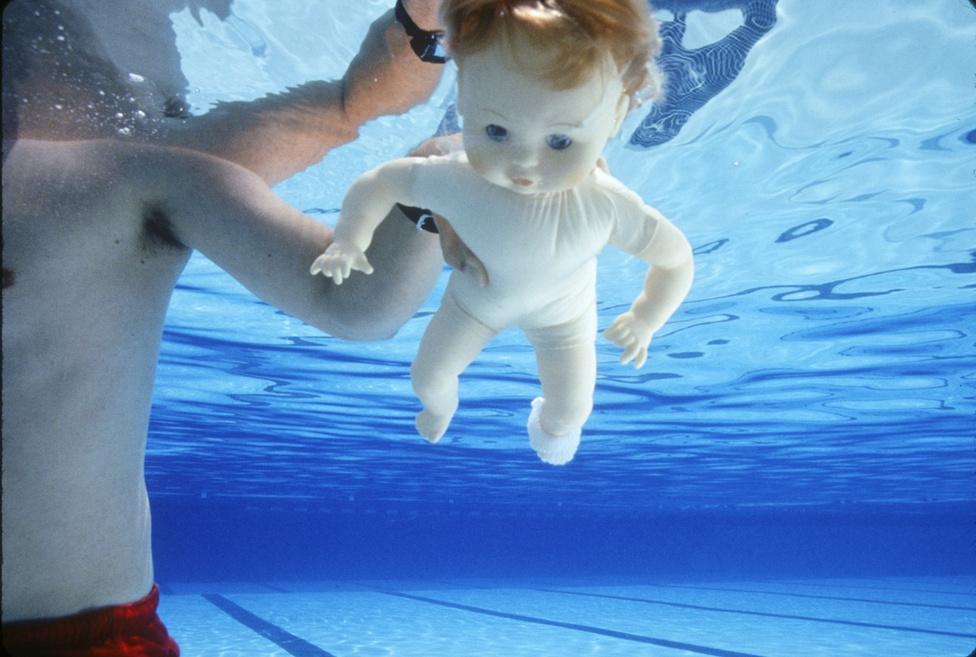 A fenti kép még a kisbabás fotózásra hangolódva készült. A játékbabát egy mentőbúvár tartotta, amíg a fotós a beállításokkal bíbelődött.