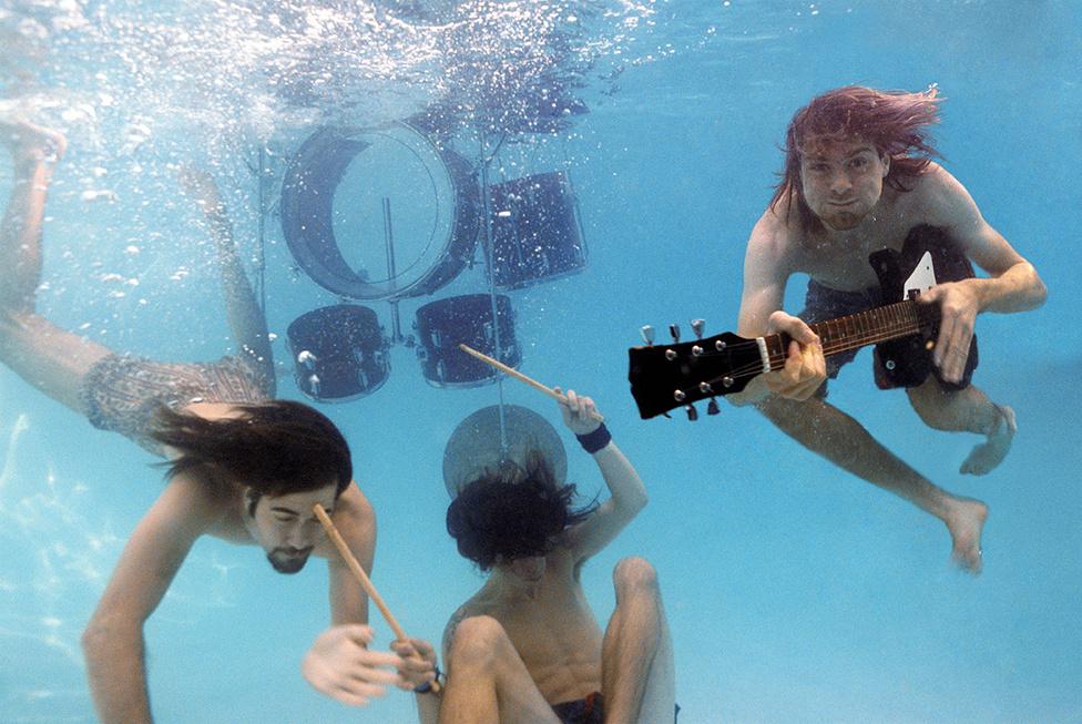 A koncepció része volt az is, hogy egy létra segítségével belógassanak egy dobfelszerelést a vízbe. A Nirvana állítólag azonnal felkapta a fejét az ötlettől, hogy hangszerekkel együtt merüljenek a víz alá.
