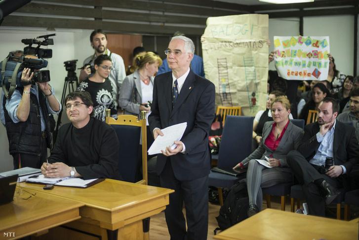 A tanúként beidézett Balog Zoltán emberierőforrás-miniszter a Nyíregyházi Törvényszék tárgyalótermében 2013. április 23-án. Balog kiállt a helyi görög katolikus iskola roma gyerekeket elkülönítő gyakorlata mellett.