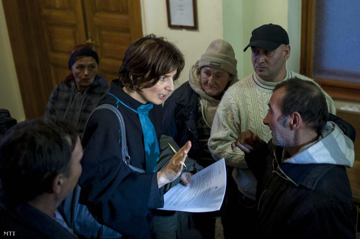 Muhi Erika ügyvezető kurátor a Nemzeti és Etnikai Kisebbségi Jogvédő Iroda (NEKI) igazgatója a kilakoltatott zuglói kunyhólakók ügyében tartott ítélethirdetés után a Fővárosi Törvényszéken 2014. február 24-én.
