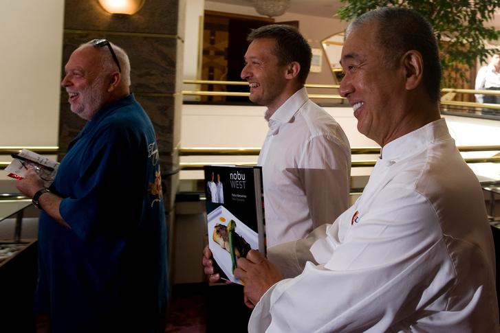 Andy Vaja és Rogán Antal a Nobu megnyitóján, 2010-ben.  Portik egy bírósági szembesítésen beszélt arról, hogy Rogán Antallal a Nobu megnyitóján is találkoztak, ahová Andy Vajna kérésére a hátsó bejáraton ment be.