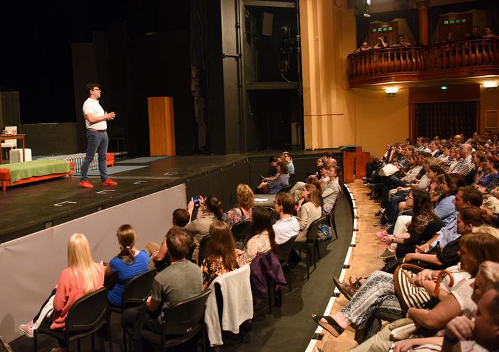 A Bérgyilkos a barátom című előadás nyílt próbája a Tháliában. A színpadon a rendező: Vida Péter.