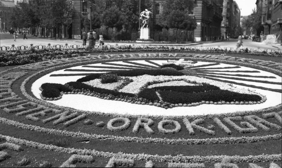 A Szabadság tér közepén látható irredenta virágágyás – ma a szovjet hősi emlékmű áll helyén.