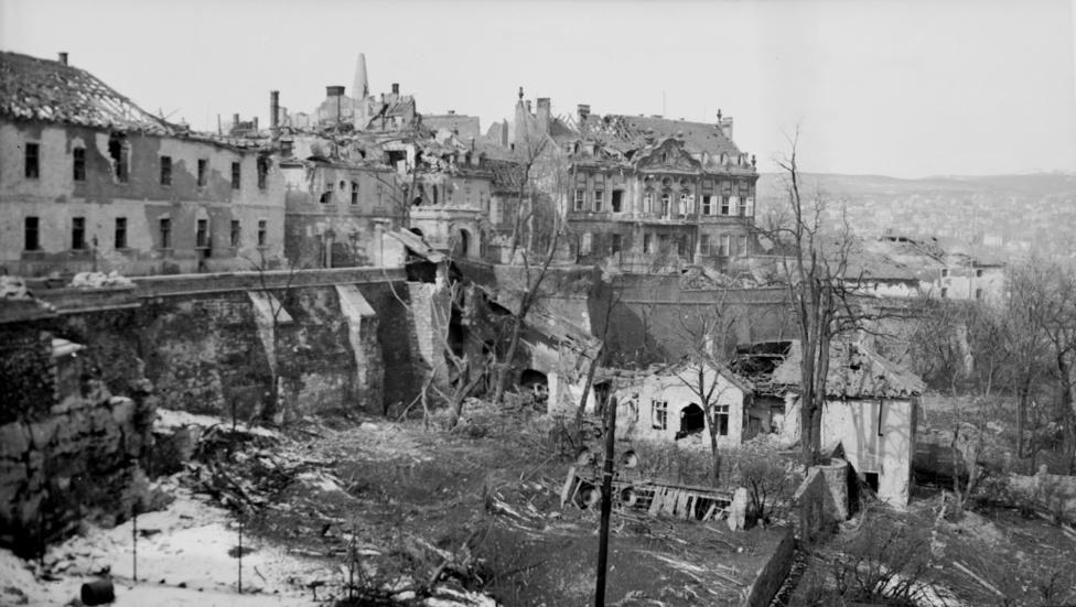A Werbőczy utca 1. számú háza a Halászbástya felől fotózva az ostrom után.