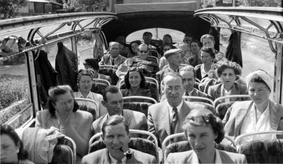 Lutz és jobbján neje a követség PTT (Post, Telefon, Telegraf) kisbuszában egy kiránduláson a követség alkalmazottaival valahol Magyarországon.