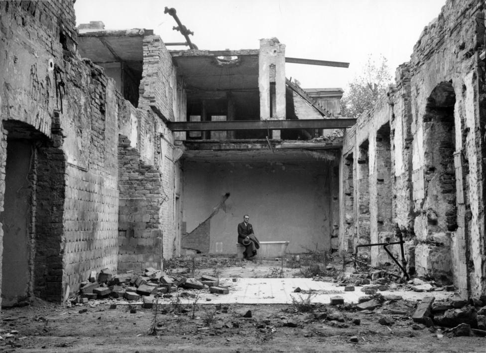Lutz a korábbi brit követség Werbőczy utca 1. szám alatti palotája fürdőszobájának romjai között. Az épület 1942-től a svájci idegen érdekeket ellátó osztály vezetője, azaz Lutz rezidenciája volt. Kisebb belövések már január elején érték az épületet. 1945. január 21-13 között súlyos bombatalálatokat kapott és részben leégett, az oltás víz hiányában nem volt lehetséges. Nyilas különítményesek oltásra hivatkozva a palota még megmaradt értékeinek jelentős részét elhurcolták és fosztogattak. A palota ekkor még épen maradt balszárnya február 11-én kapott aknatalálatot, amely megsemmisítette Lutz dolgozószobáját is. Jelenleg a Kulturális Örökségvédemi Hivatal - Fortster Gyula Intézményközpont használja az épületet.