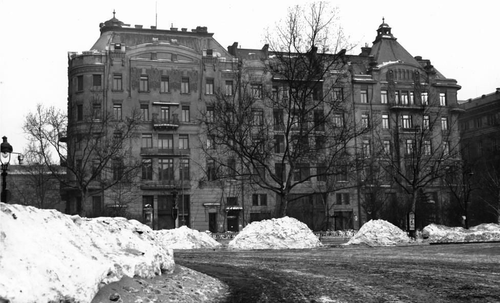 1941. december 12-én Magyarország hadat üzent az Amerikai Egyesült Államoknak. Az USA követsége ezt követően működését felfüggesztette és a követség helyiségeit az USA érdekeit is képviselő Svájcnak engedte át. Az épületet az USA diplomatái 1942 január 21-én hagyták el, magyar alkalmazottaik viszont még majdnem fél éven át folytatták tevékenységüket, párhuzamosan a svájci követség itt berendezkedő Kölföldi Érdekek Képviseletét Ellátó Osztályával, amely összesen 14, Magyarországgal hadban álló országot képviselt. amelyben először 1945. január 19-én jelentek meg a szovjet csapatok. Ők először alkoholt követeltek. Az első csoportokat sikerült leszerelnie a követség alkalmazottainak. Január 25-én innen rabolták el Max Maier és Hans Feller svájci ügyvivőket a szovjet katonai elhárítás emberei.