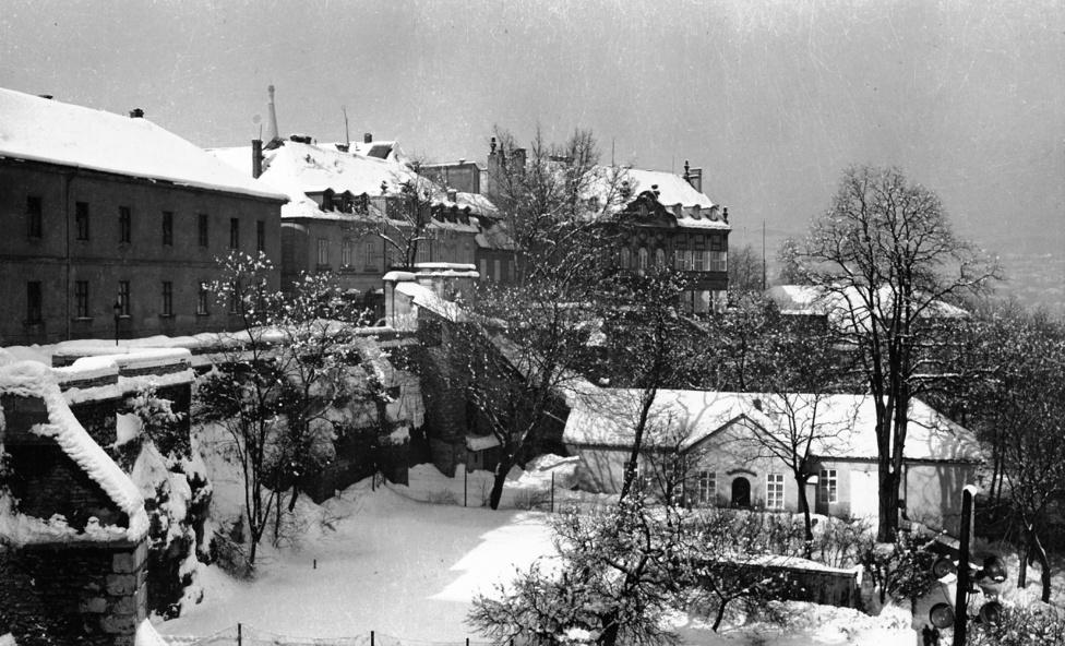 A Werbőczy utca 1. számú háza a Halászbástya felől fotózva. Lutz a képet 1942 vagy 1943 telén készíthette. Érdemes összehasonlítani az ostrom után készült felvétellel – Lutz minden jel szerint dokumentarista módon törekedett arra, hogy az általa fotózott helyszíneket a romolás előtt és után is megörökítse.