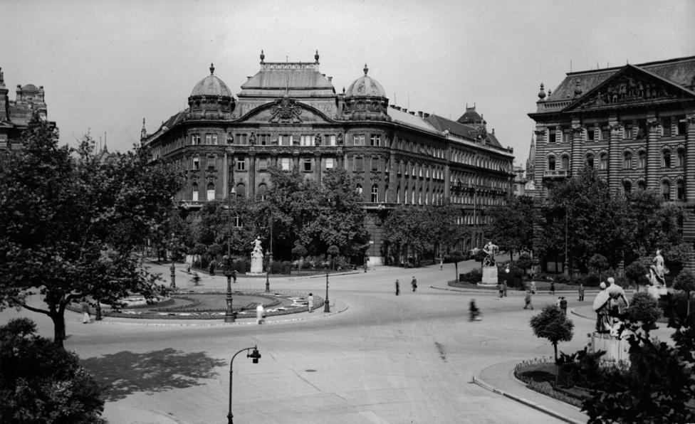 Kilátás Carl Lutz irodájából. A Szabadság tér bokraira 1944. december 20-án az V. kerületi nyilas pártszolgálat öt személyt akasztott fel, megtorlásul azért, mert 18-án ismeretlen tettes lelőtt a téren egy nyilast. A kivégzés barbár módon történt, az áldozatokat lábuknál fogva húzták le azért hogy megfulladjanak.