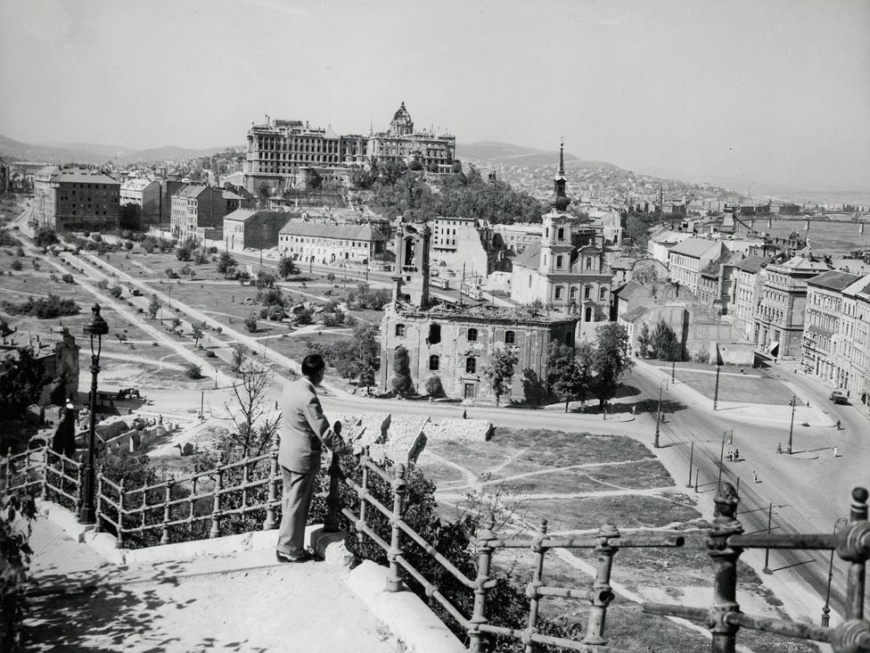 Ugyanabból a szögből néhány évvel később. Lutz a Gellérthegyről 1949 nyarán a romos Tabánt nézi. Időközben  a rác templom tövében összegyűjtött harckocsironcsokat már elszállították, a robbanási krátereket betemették, de a háborús sebek az épületeken szembetűnőek.