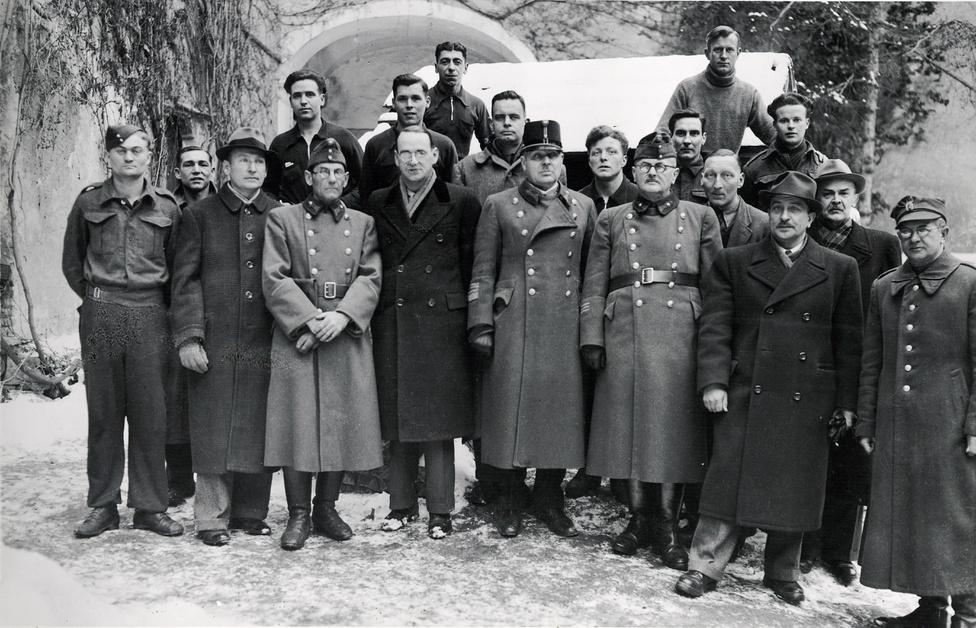 Lutz magyar, amerikai és lengyel katonatisztek társaságában a siklósi várban kialakított internálótáborban 1944 január-február között. A várban 1944-ben a honvédség internálótábort működtetett, miután Batthyányi Lujza az év elején a várat eladta a magyar államkincstárnak.
