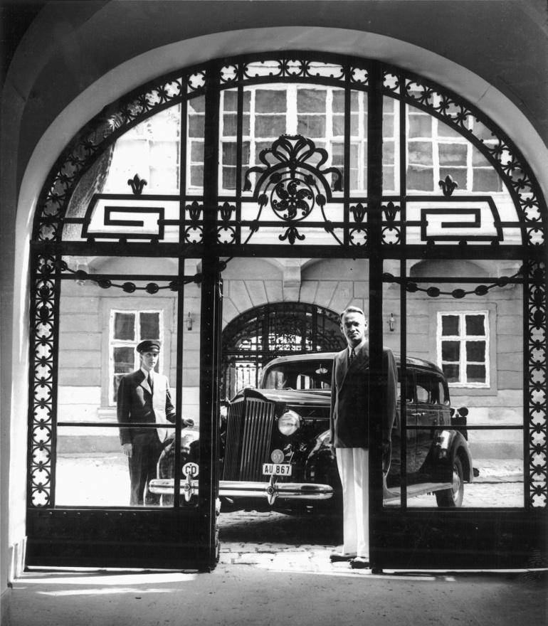 Car Lutz sofőrjével rezidenciája udvarán, a Werbőczi utca (ma Táncsics Mihály utca) 1. szám alatti korábbi brit követség épületében 1942-1944 között. Nagy-Britannia Magyarországgal már 1941. április 7-én, Jugoszlávia Magyarország által történő megtámadása után megszakította a diplomáciai kapcsolatokat, a Szovjetunió megtámadása után, 1941. július 27-én pedig formálisan is hadat üzent. A brit diplomácia érdekei képviseletét ezt követően Svájcra ruházta át és ingatlanjait is Svájc rendelkezésére bocsátotta.
