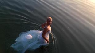 Megfürdették a menyasszonyt a Balatonban