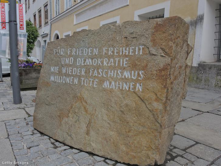 A Hitler szülőháza előtti szikladarab felirata: A békéért, a szabadságért és a demokráciáért! Soha többé fasizmust! Milliók halálára emlékezve.
