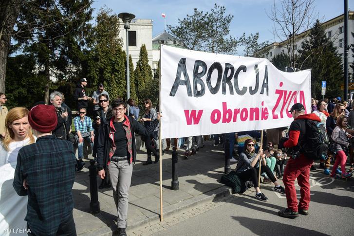 A teljes abortusztilalom tervezett bevezetése ellen tiltakoznak tüntetõk Varsóban 2016. április 3-án.