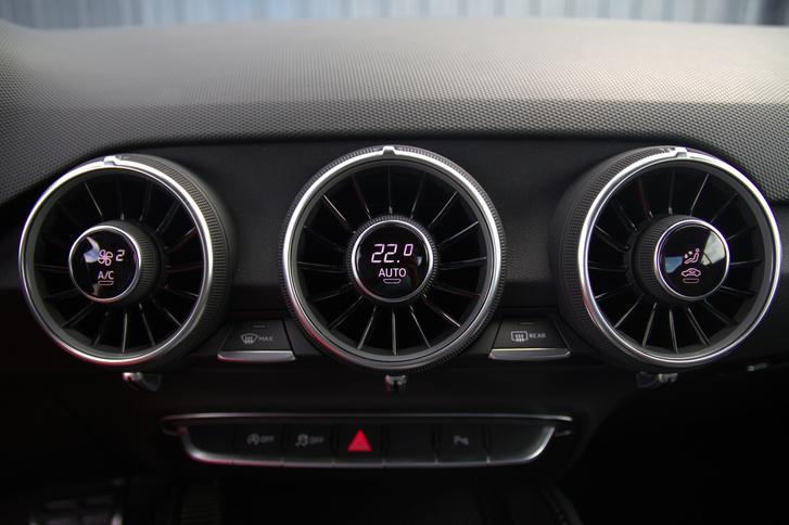 Az utóbbi évek legmenőbb Audi-húzása az önmagába integrált kezelőszerves légrostély.