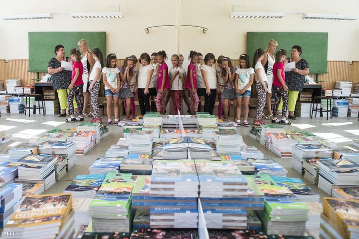 Harmadik osztályos diákok állnak sorban tankönyveikért a nyíregyházi Zelk Zoltán Általános Angol-Német Kéttannyelvű Iskolában a tanévnyitó napján 2016. szeptember 1-jén.