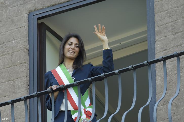 Róma polgármestere integet egy erkélyről