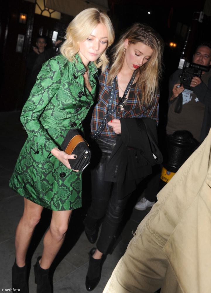 Aki Amber Heard mellett is feltűnt