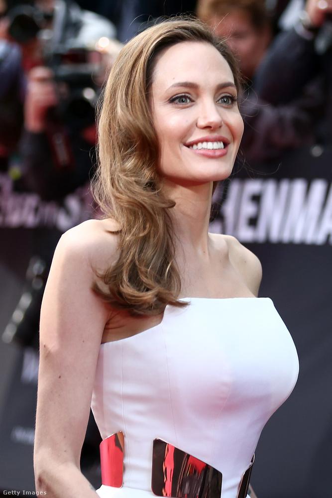 2013.Újabb mérföldkő közös életükben: Angelina Jolie nyílt levélben jelentette be, hogy masztektómiát végeztek rajta