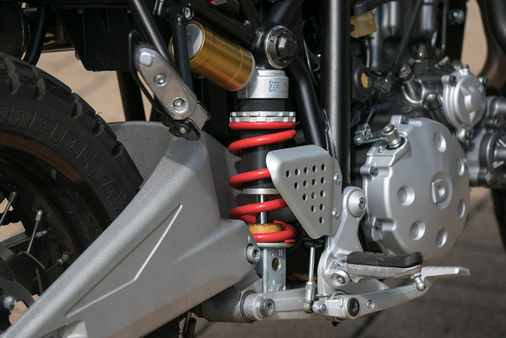Oldalra szerelt ZF Sachs központi rugóstag, állítható a rugóelőfeszítés és a csillapítás