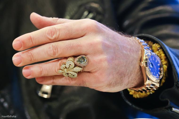 Érdemes megnézni a gyűrűjét is