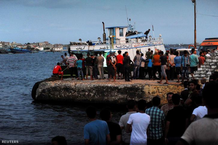 Túlélők után kutatnak Al-Beheira partjainál