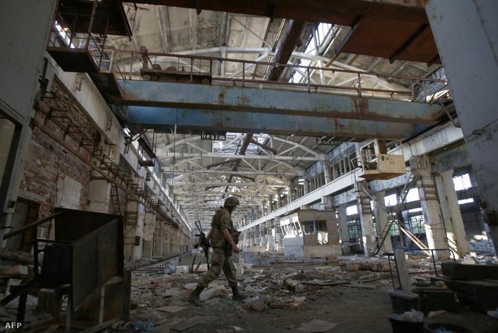Ukrán katona egy szétlőtt gyárépületben, a donyecki régióban, június 25-én.