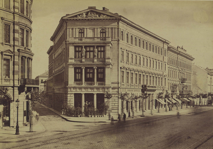 Bajcsy-Zsilinszky út (Váci körút), Placht-ház a Hajós utca sarkán. A felvétel 1877 körül készült.