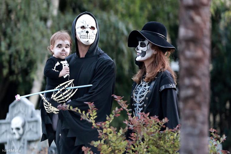 A nagyobb lányuk Esmeralda első Halloweenját ünnepelték tavaly, stílusosan csontváznak öltözött az egész család.