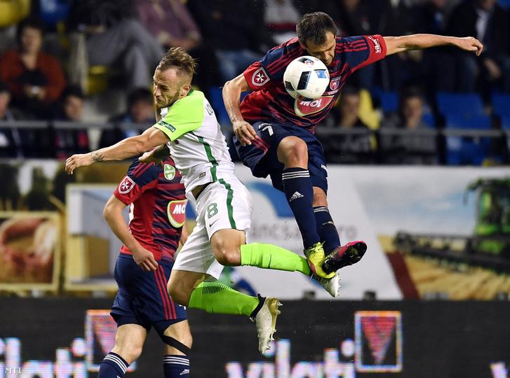 A ferencvárosi Lovrencsics Gergő (k) és a székesfehérvári Danko Lazovic (j) a labdarúgó OTP Bank Liga 10. fordulójában játszott Videoton FC - Ferencváros mérkőzésen a felcsúti Pancho Arénában