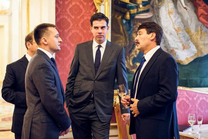A miniszterré kinevezett Rogán Antal a Sándor-palotában, Áder Jánossal beszélgetve. Középen Gyürk András, Rogán mögött takarásban pedig Kertész Balázs.