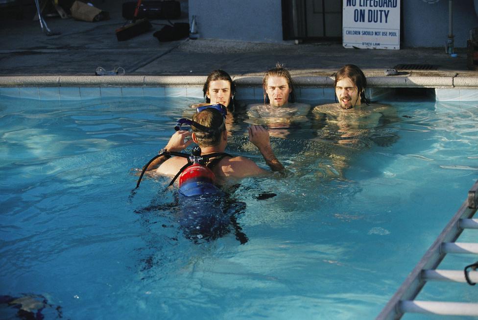 Míg a babás fényképeket egy olimpiai méretű versenymedencében készítették, a Nirvana fotóit egy apró, észak-hollywoody épület udvarán. A medence látványa nem volt túl bizalomgerjesztő, és a víz is hideg volt, úgyhogy a zenekar nem volt éppen elragadtatva, Cobaint pedig egyenesen győzködni kellett, hogy vetkőzzön neki a fotózásnak. Felmerült, hogy a bandafotók is abban a medencében készüljenek, amelyikben a bébiképek, de egyrészt szűk büdzséből kellett dolgozni, másrészt pedig Weedle – az intimitás miatt – nem akarta uszodában fényképezni a zenekart.
