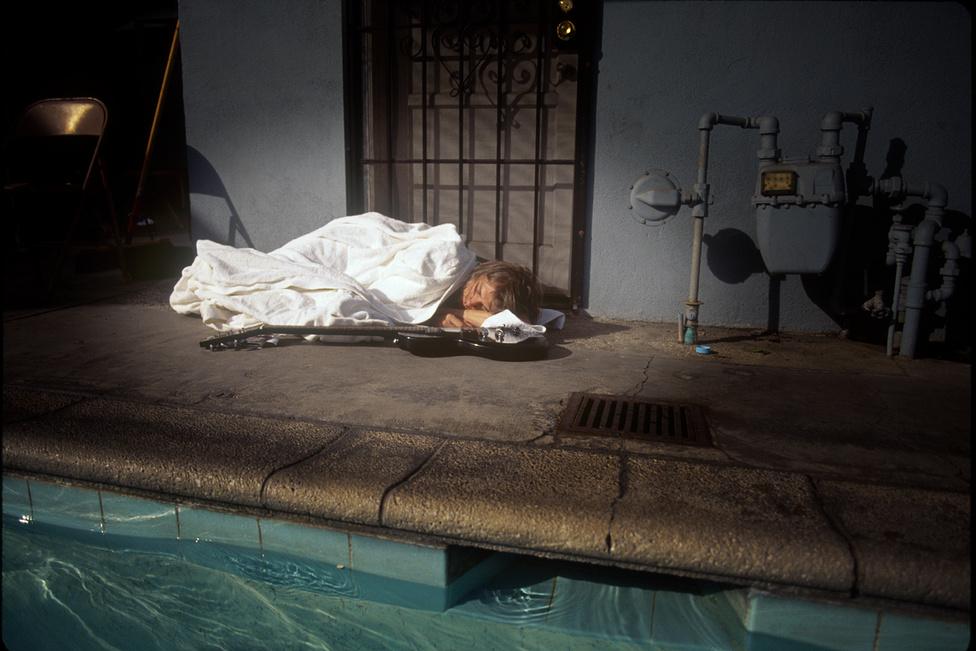 A Nirvana ekkoriban már a Neverminddal koncertezett, és a turné egyik szabad napján került sor a fotózásra. Cobain annyira ki volt merülve, hogy amint végeztek a munkával, lepihent a medence mellett. Közel másfél órát aludt, ezalatt betakargatták egy fürdőköpennyel, mellé tettek egy gitárt, Weddle pedig úgy döntött, hogy álmában is lefotózza az énekest.