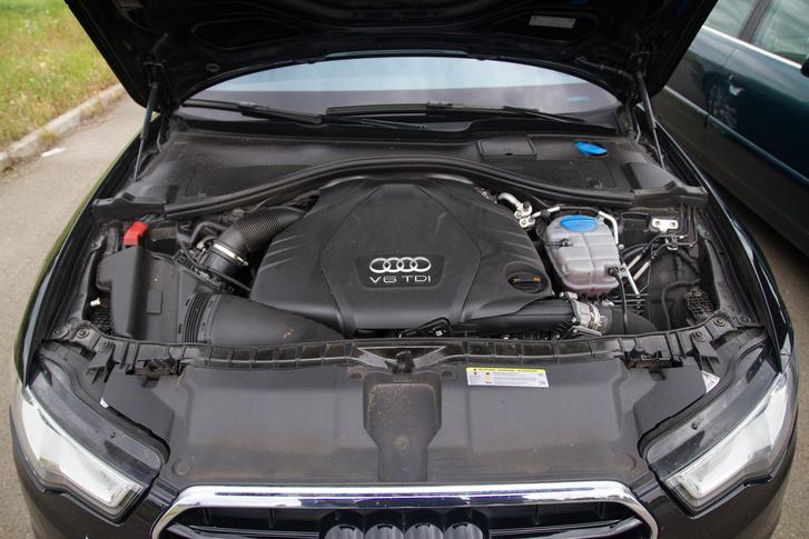V6 hosszában, de egészen betolva a tengely vonalába