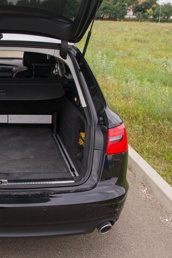A két autó csomagtartója literre majdnem azonos, de az új praktikusabb a rögzítő és elválasztó kellékek miatt
