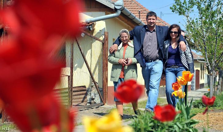 Simonka György (k) a Fidesz-KDNP egyéni képviselőjelöltje felesége Gábor Marianna (j) és édesanyja özvegy Simonka Györgyné elindulnak hogy leadják szavazatukat Pusztaottlakán az 1-es számú szavazókörben a 2010-es országgyűlési választás második fordulójában.